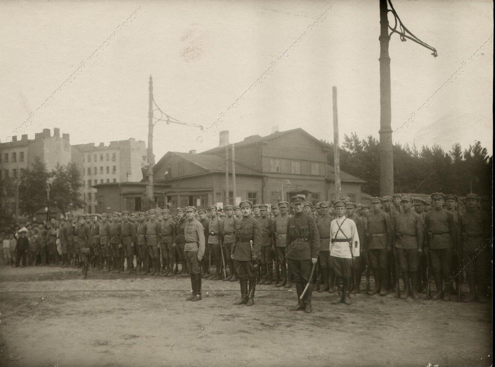 1918-1922. Группа войск Красной Армии на одной из улиц
