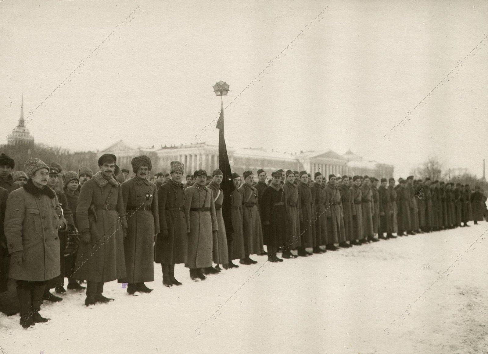 1918-1920. Группа курсантов первых советских пехотных курсов на Дворцовой площади