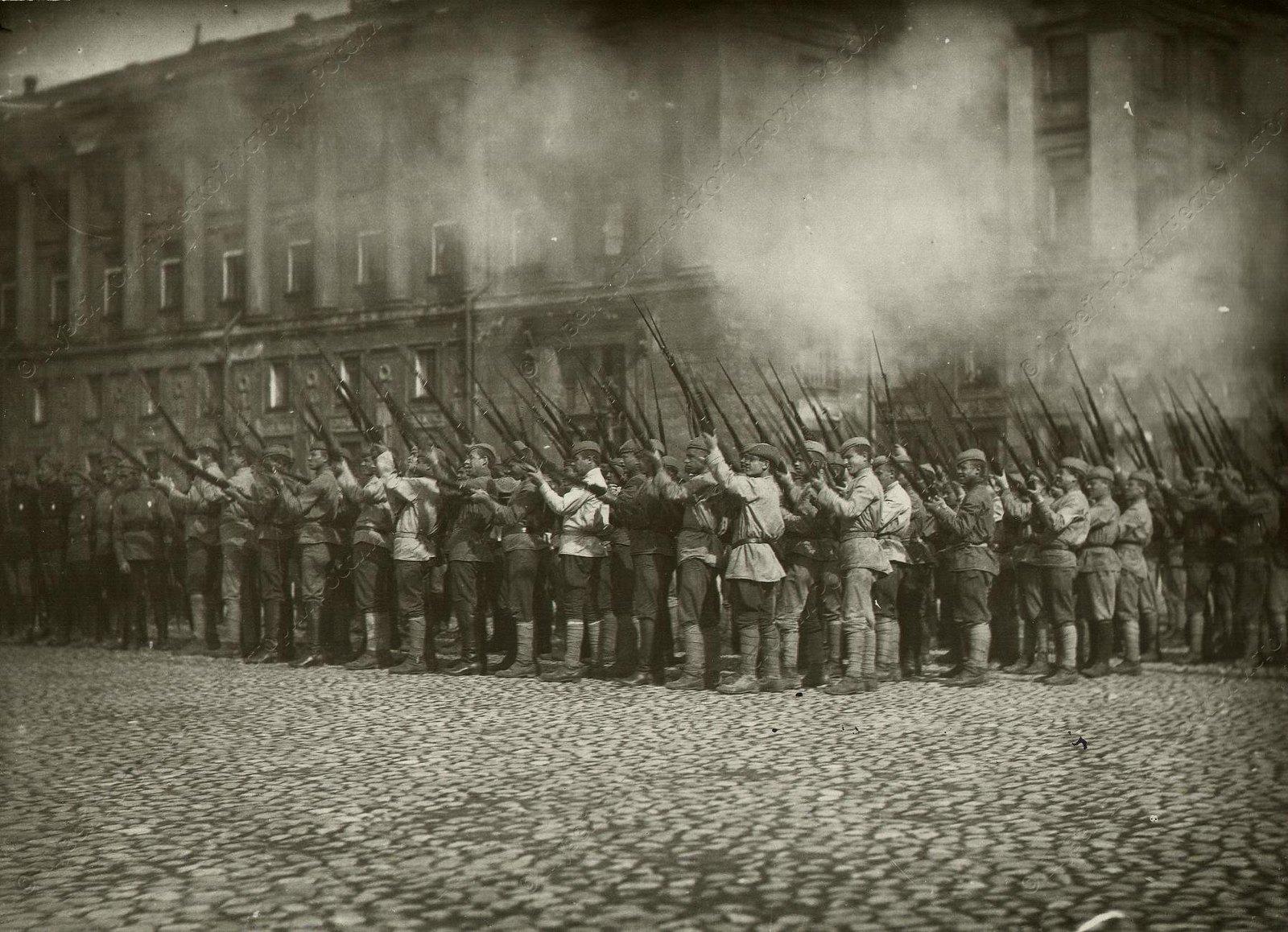 1918-1920. Группа бойцов Красной Армии производит ружейный салют