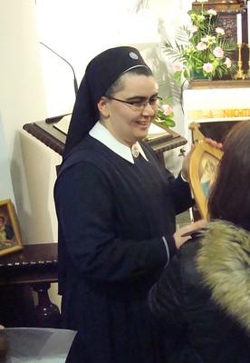 Web-Schw. M. Rita bei der Überreichung eines Pilgerheiligtums (Foto Projekt PH)