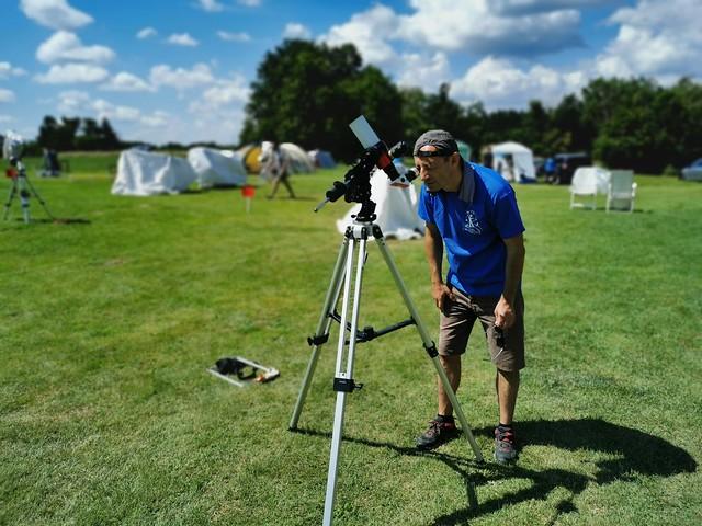 VCSE - Abrudán Attila a Napot figyeli meg a Zselici Csillagpark által táborunk támogatására kölcsönadott H-alfa Lunt naptávcsővel - Fotó: Ágoston Zsolt
