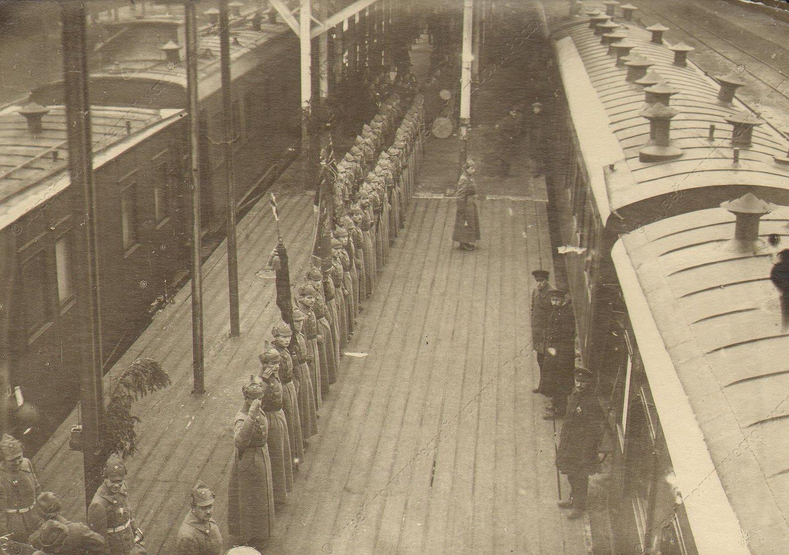 1918-1920. Почетный караул на перроне вокзала