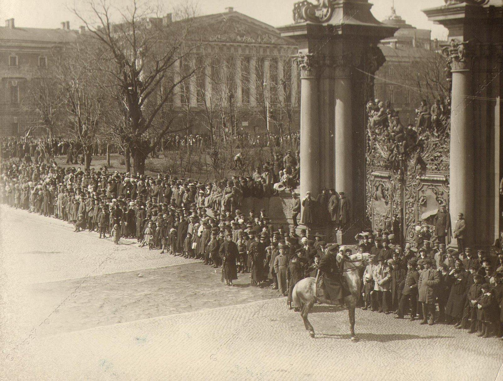 1918-1920. На Дворцовой площади в ожидании парада и демонстрации