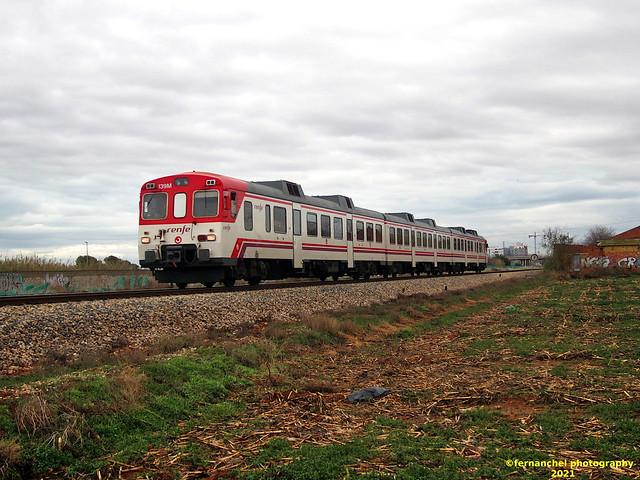 Tren de Cercanías de Renfe (línea C-3) a su paso por ALDAIA (Valencia)
