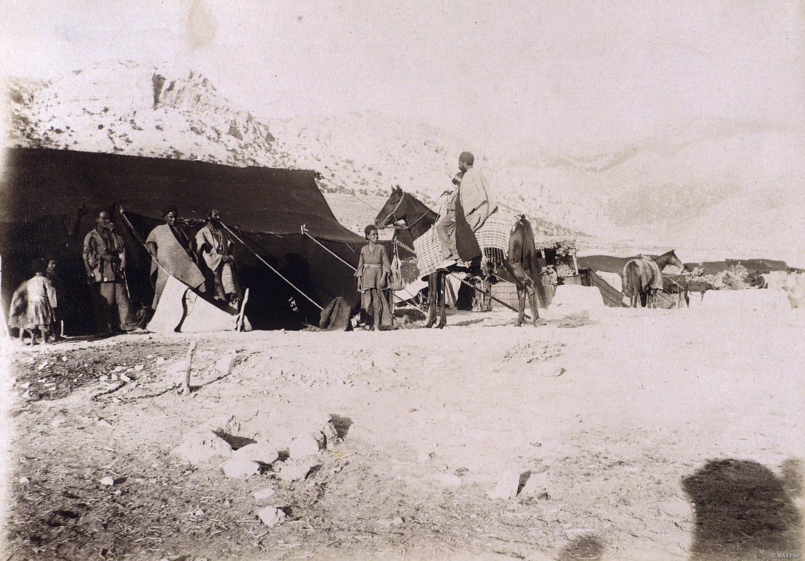 Кочевники у шатра.