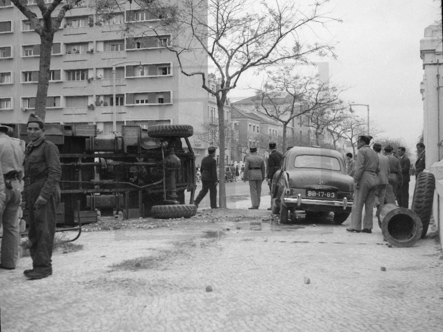 Aspecto dum desastre diante do manicómio, Av. do Brasil, [s.d.]. A.N.T.T.. A. n/  id.
