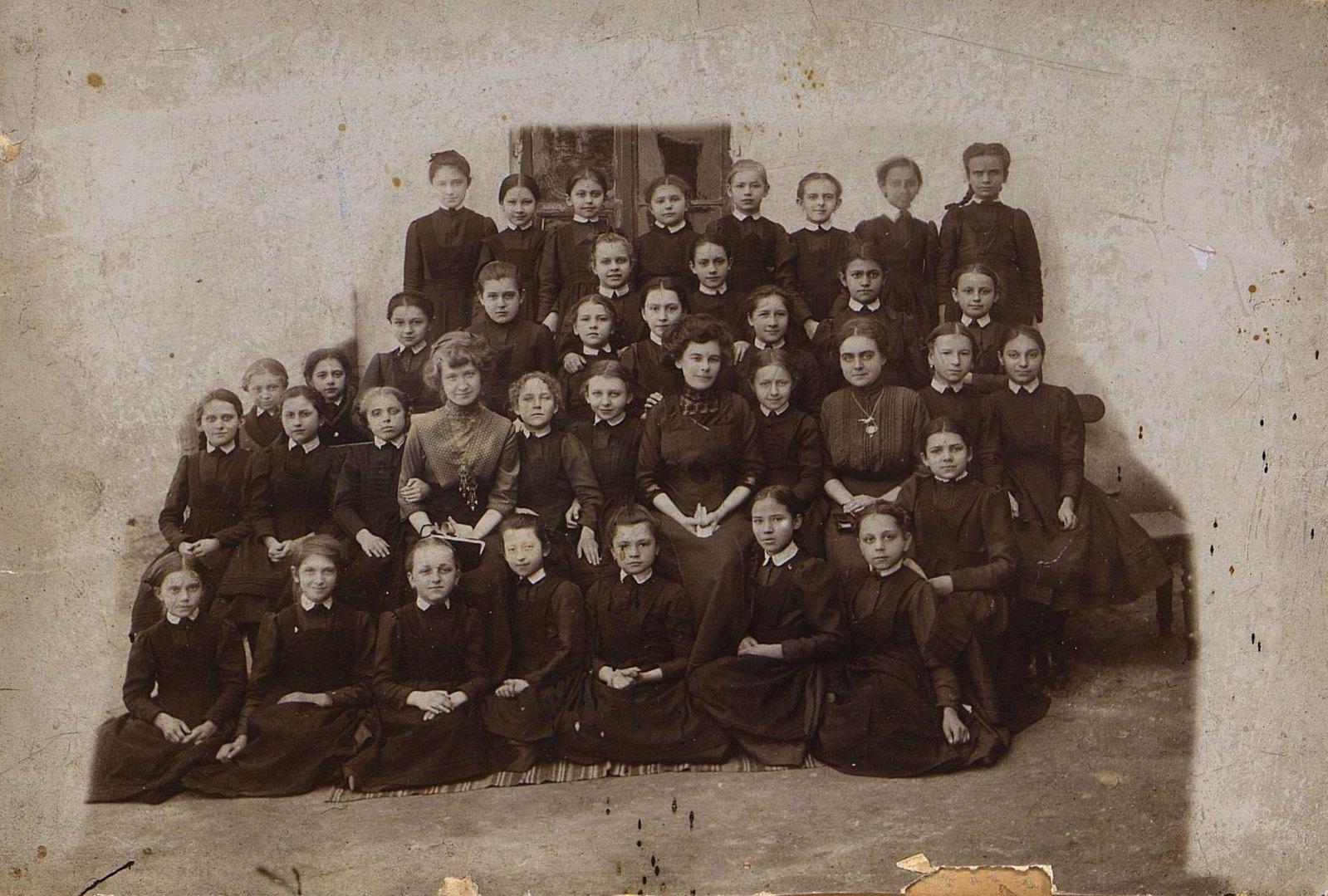 Ученицы второго класса Одесской женской гимназии, учреждённой Еленой Андреевной Висковатовой. 1912