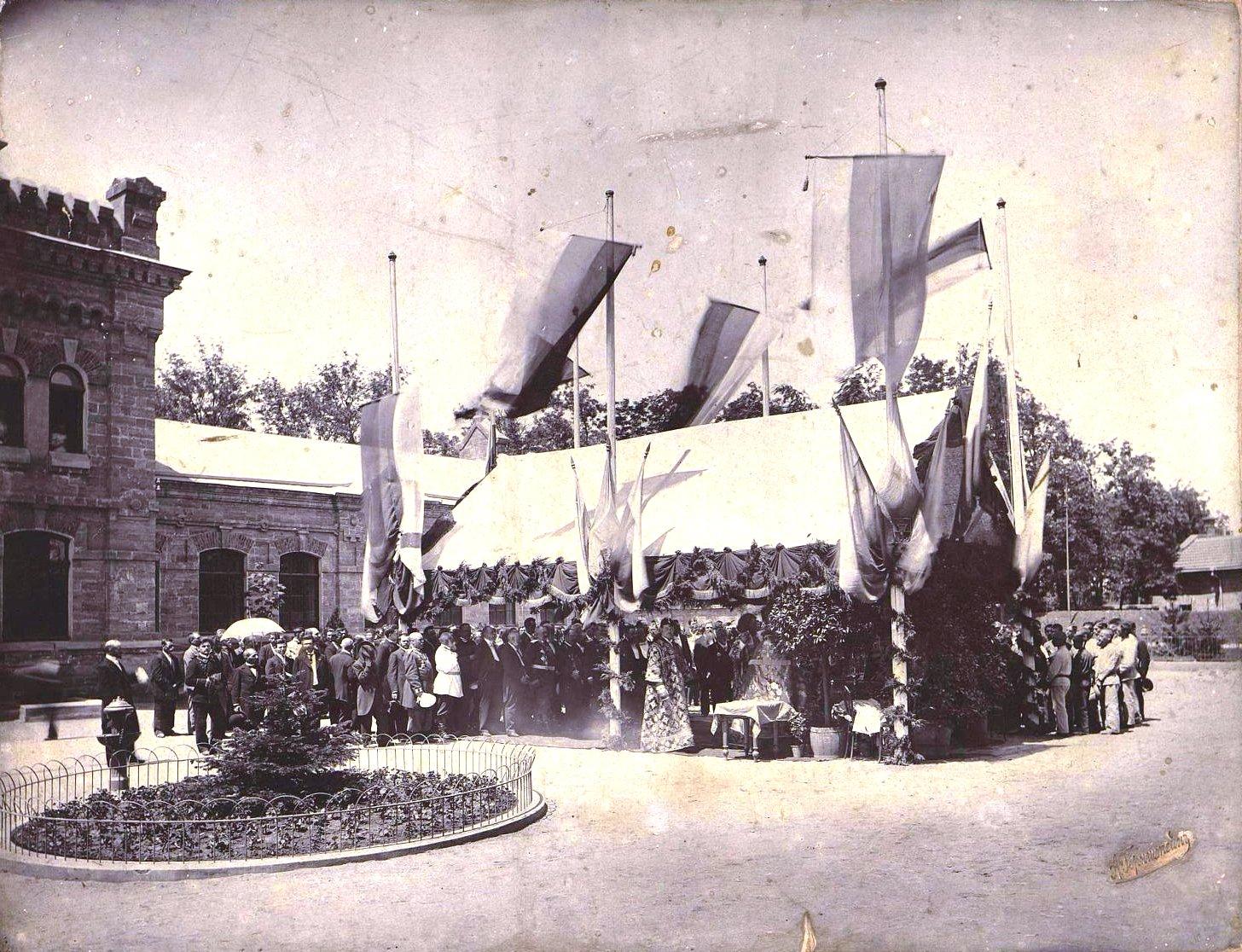 Работники Управления водопроводом, члены Городского самоуправления Одессы и рабочие во время молебна 9 мая, в день святого Николая. 1901-1903