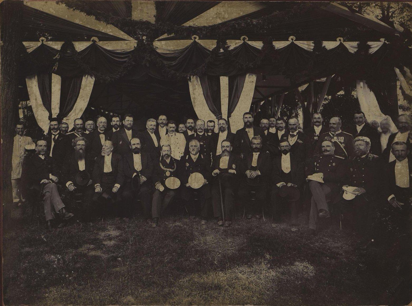 Работники Управления водопроводом и члены Городского самоуправления Одессы. Фотографическое ателье А. Горнштейна. 1901-1903