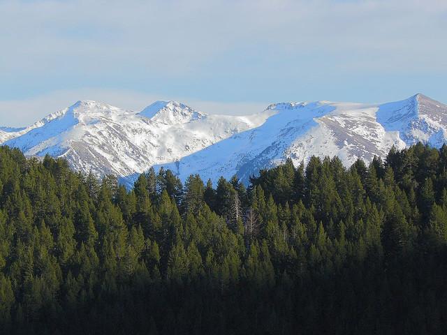 Paisaje de las montañas nevadas durante el invierno en el Principado de Andorra