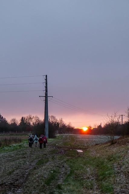 lever de soleil sur les marcheurs