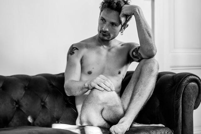 Yann assis sur le canapé.