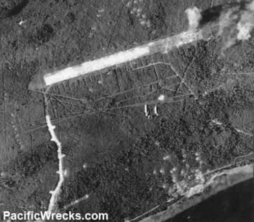 Bombardement vliegveld Borokoe; (c) USAAF 5th AF, May 1944