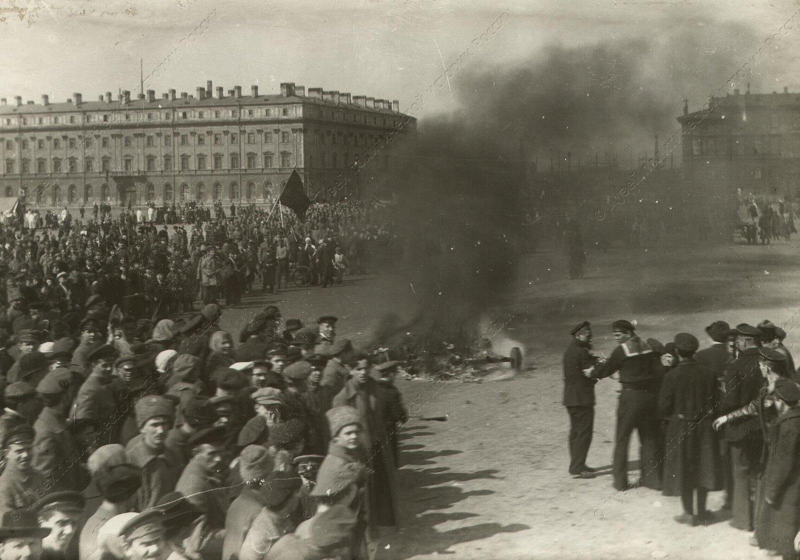 1919. Празднование 1-го Мая на площади Памяти Жертв революции (б.Марсовом поле) Группа, стоящая у костра