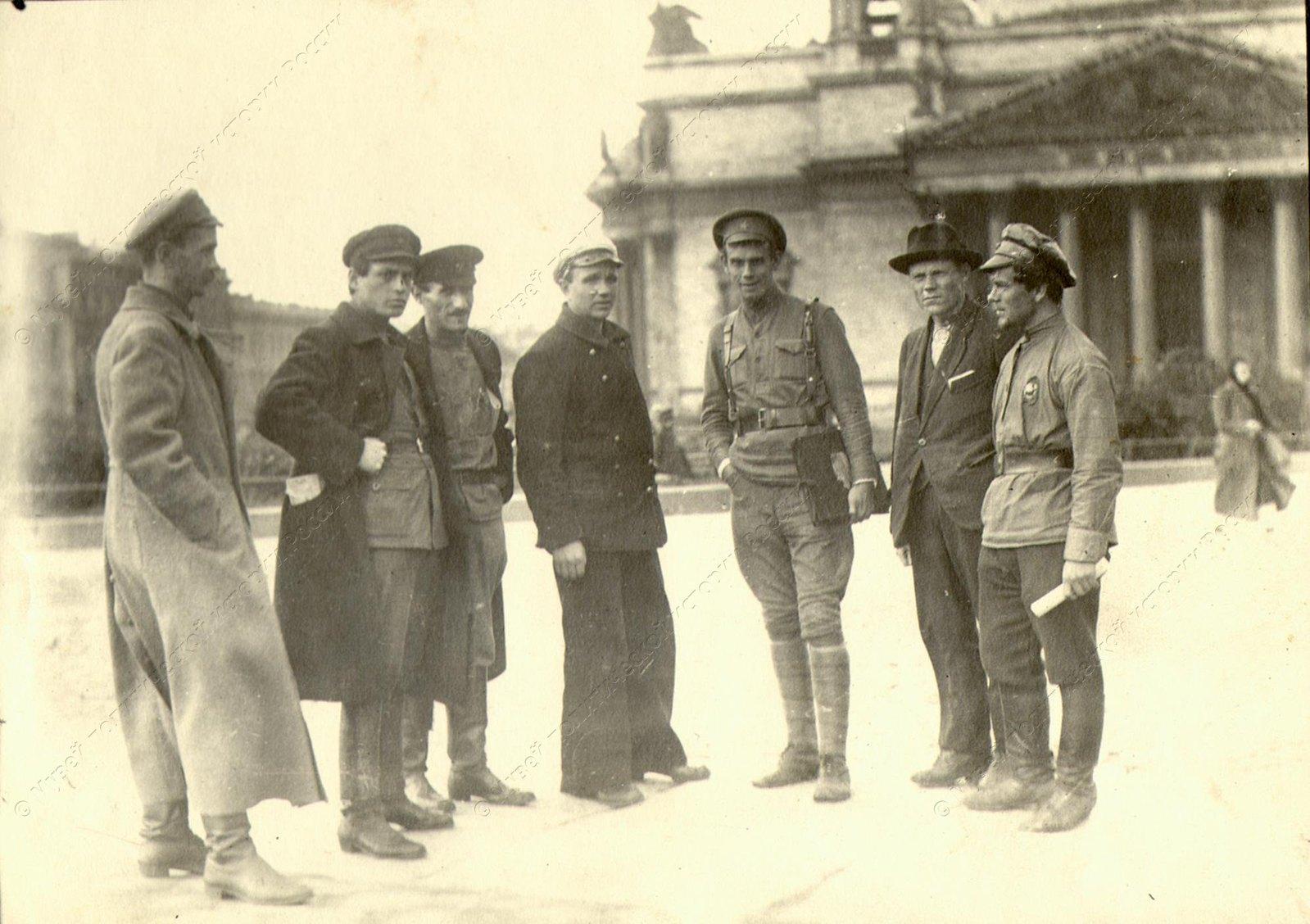 1919. Группа работников Политотдела Штаба Петроградского Укрепленного района. Исаакиевская площадь.