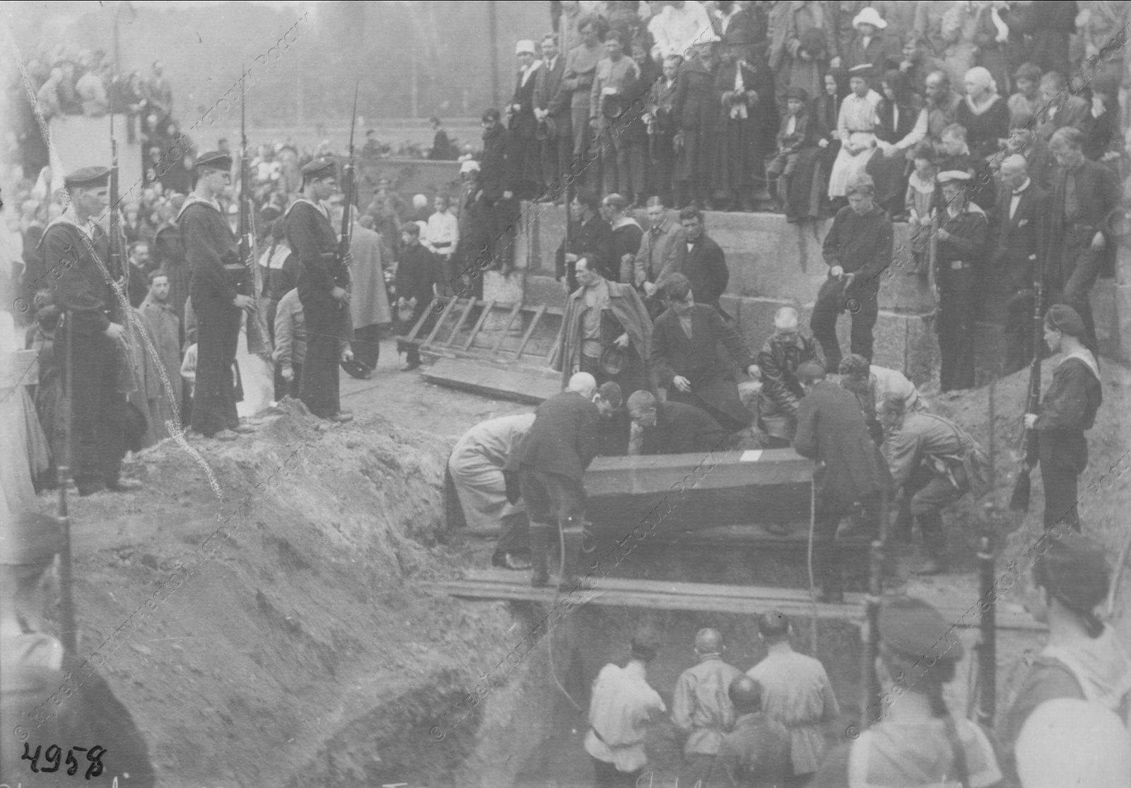1919. Похороны красноармейцев и моряков, погибших в боях с бандами Юденича на подступах и Петрограду1