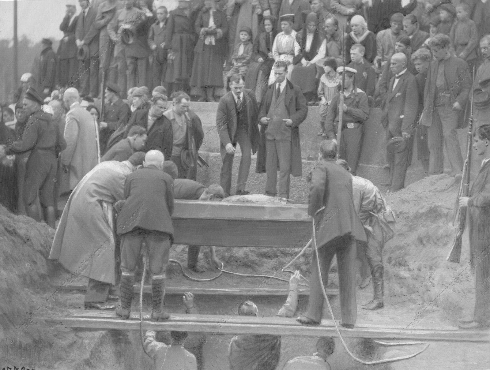 1919. Похороны красноармейцев и моряков, погибших в боях с бандами Юденича на подступах и Петрограду.