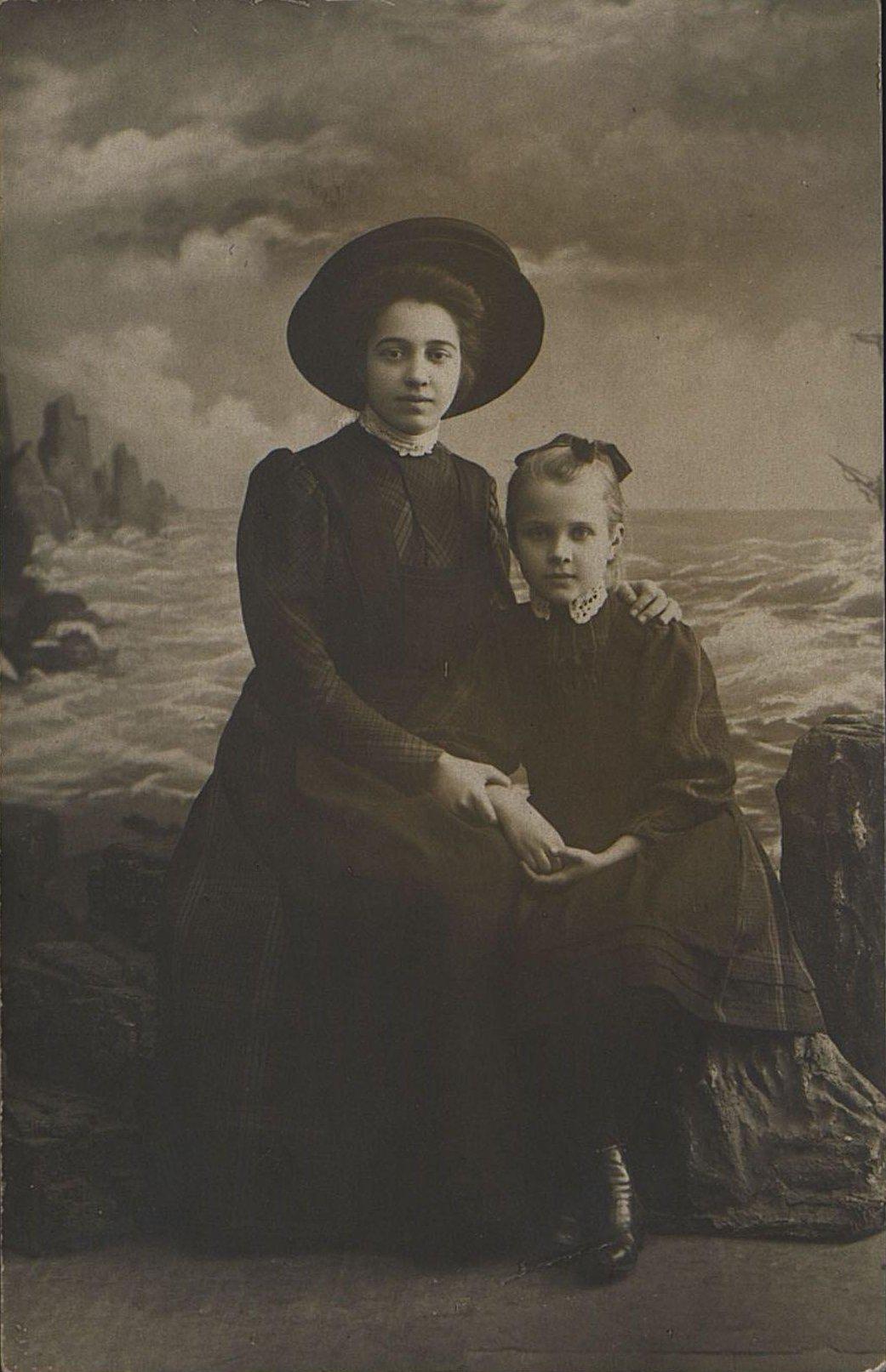 13. Константинова Мария, учительница гимназии, с ученицей четвёртого класса Тоней Келлер. Не позднее 26 апреля 1910
