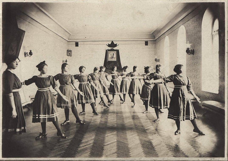 12. Ученицы 7-го класса гимназии Н. Бутович во время занятия гимнастикой.  1912