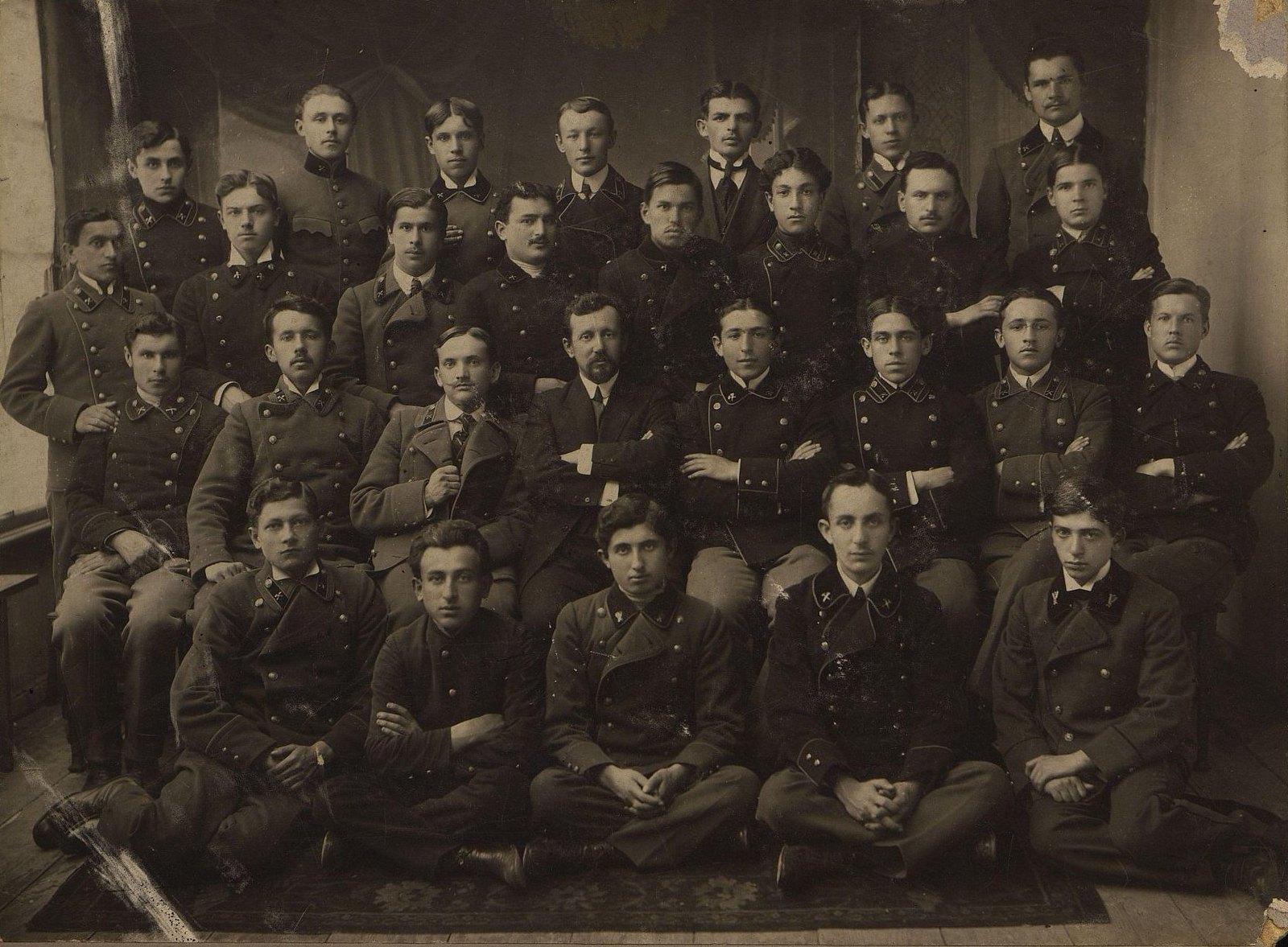 11. Учащиеся и преподаватели среднетехнического мукомольного училища. 1914