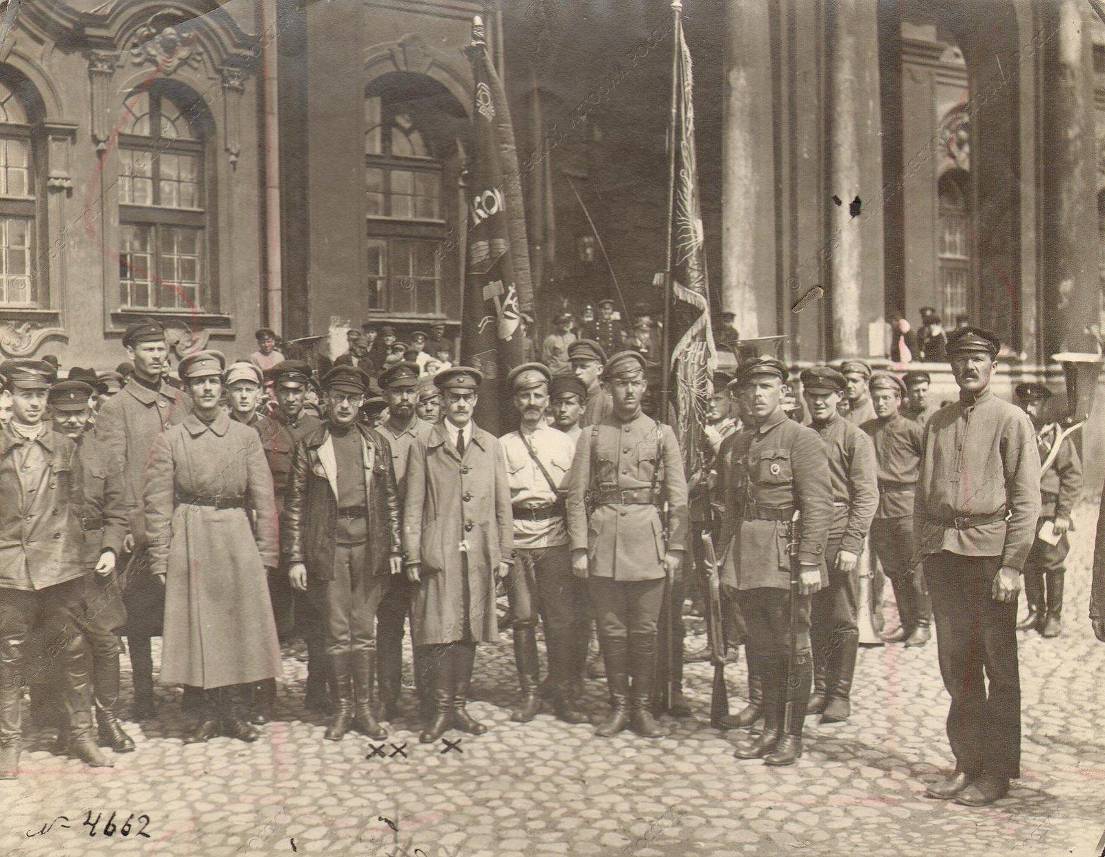 1919. Командный состав 6-го стрелкового полка во главе с комиссаром по военным делам Исаковым со вновь полученным красным знаменем перед отправкой на фронт