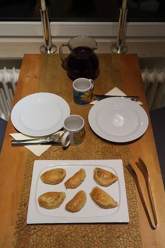 Klare Rote Bete Suppe zu Piroschki mit Hackfleischfüllung