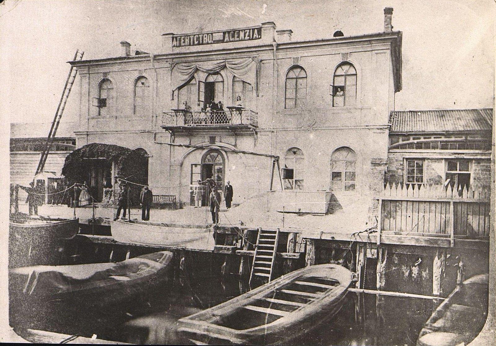 09. Члены семьи Шмидт на балконе здания Агентства добровольного флота. 1870-е гг.