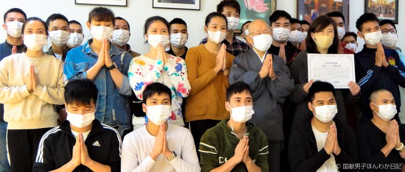 表彰状を手にする吉水慈豊師、ベトナム若者約30人も大掃除を中断して(撮影:小島聡子)