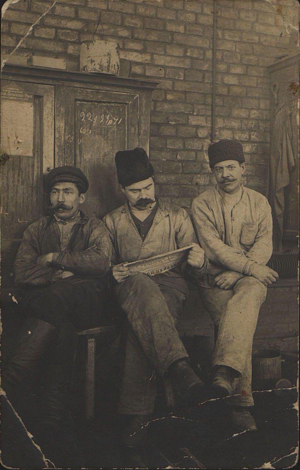Фёдоров Михаил Иванович, казначей Союза металлистов, его товарищ Сахин и неизвестный.  1906