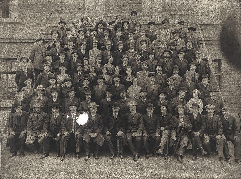Служащие и рабочие Завода Беллино-Фендериха. Неизвестный фотограф. Около 1908