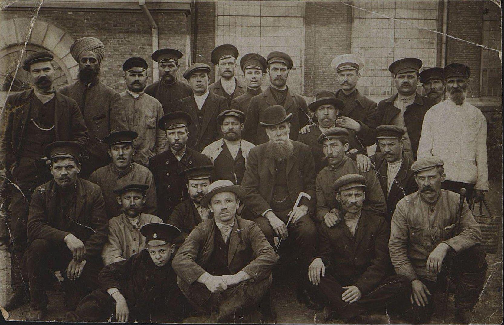 Рабочие литейного цеха завода РОПиТа. Неизвестный фотограф. 1906-1907 гг.