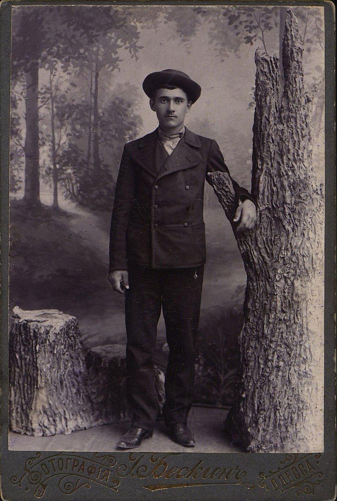 Подлубный Александр Савельевич, слесарь завода Гена. Фотография Г. Бескина. 1900-е