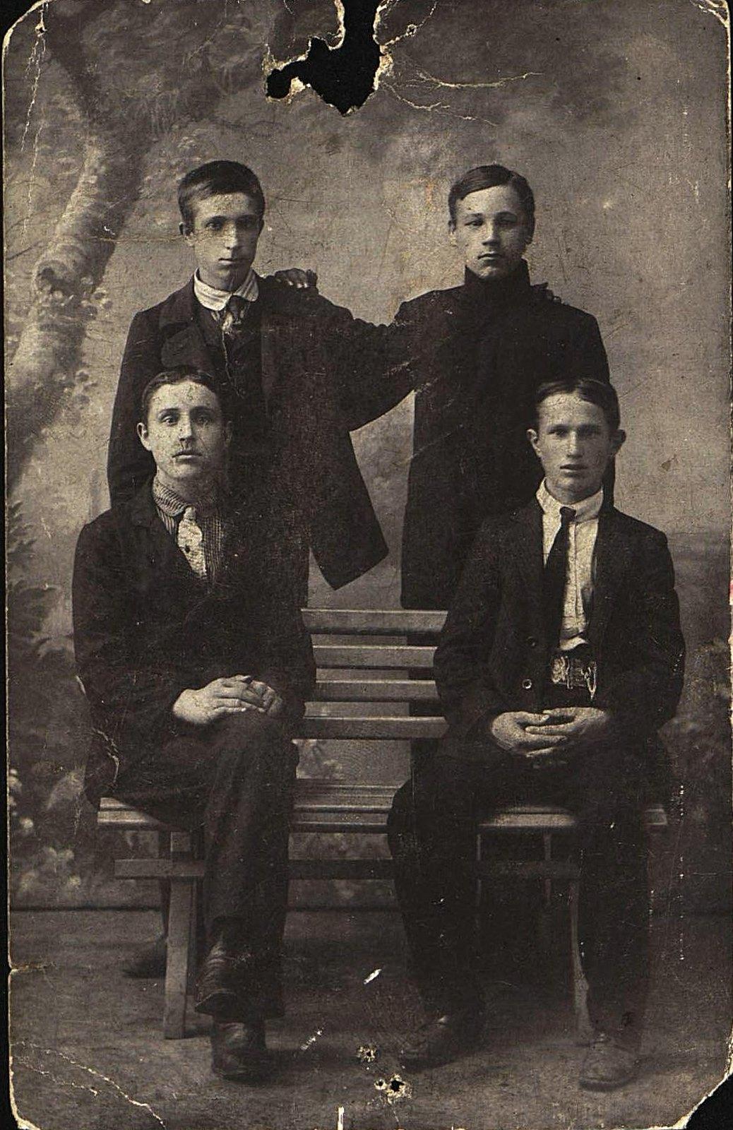 Вдовин А.И. и другие ученики котельного цеха завода Беллино-Фендериха. Неизвестный фотограф. 1913