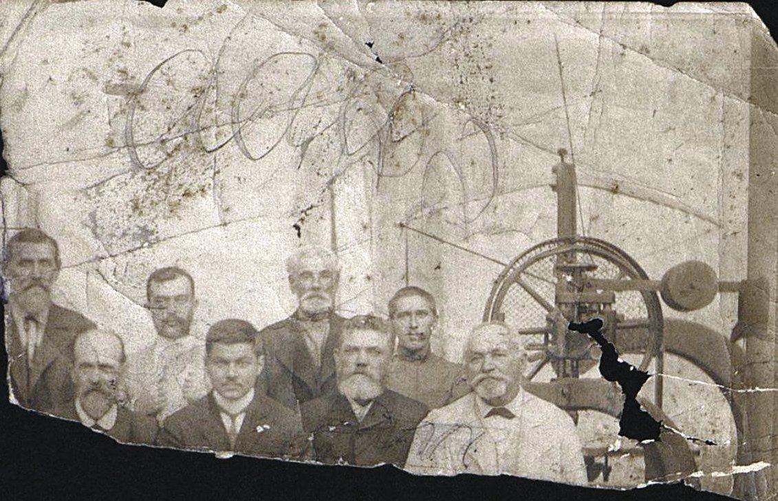 Рабочие столярно-модельного цеха завода Беллино-Фендериха. Неизвестный фотограф. Ок. 1899