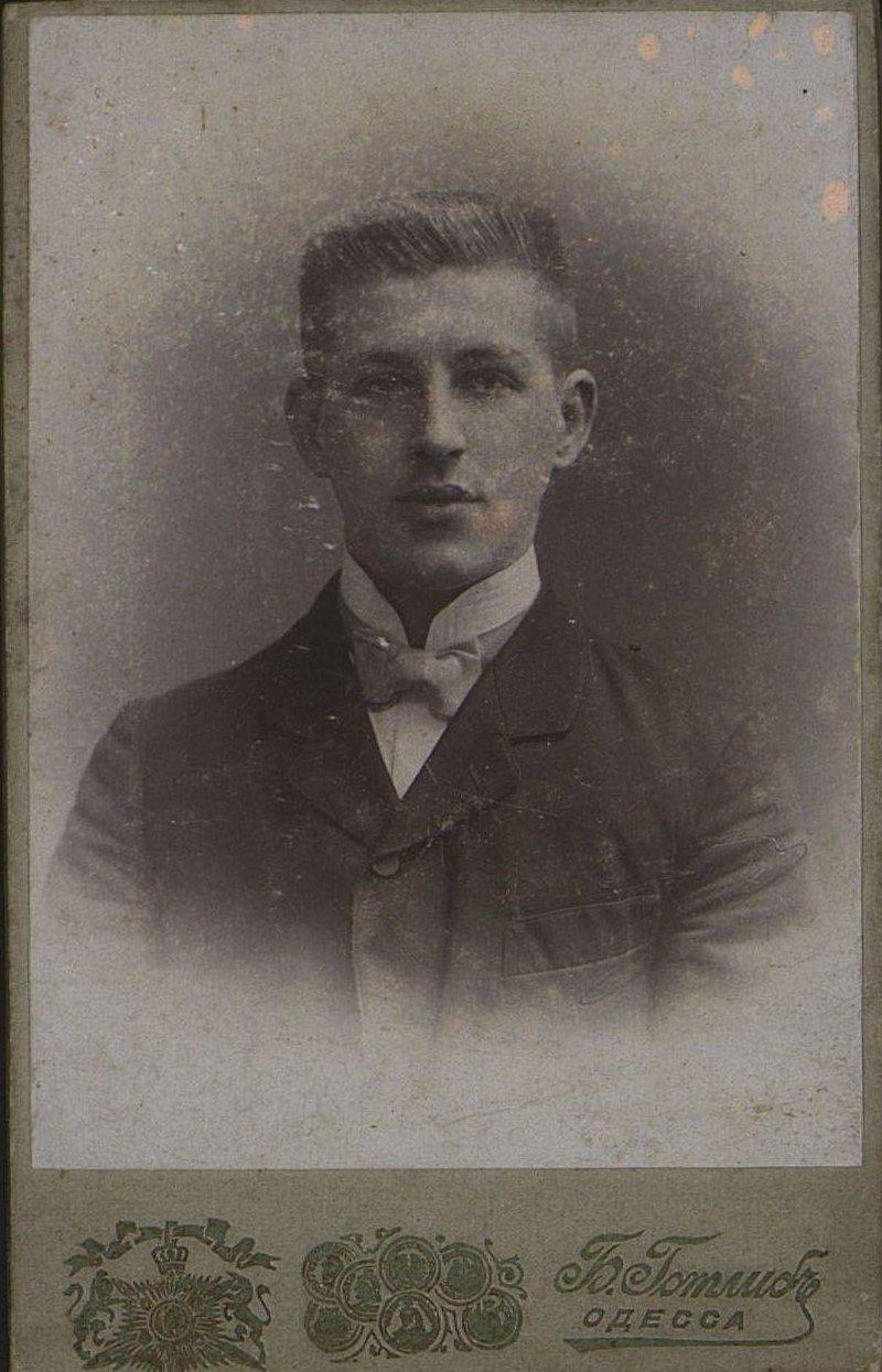 Павлюк Георгий, конторщик завода Гена. Фотография Б.Ф. Готлиба. Не позднее 11 апреля 1904 г.