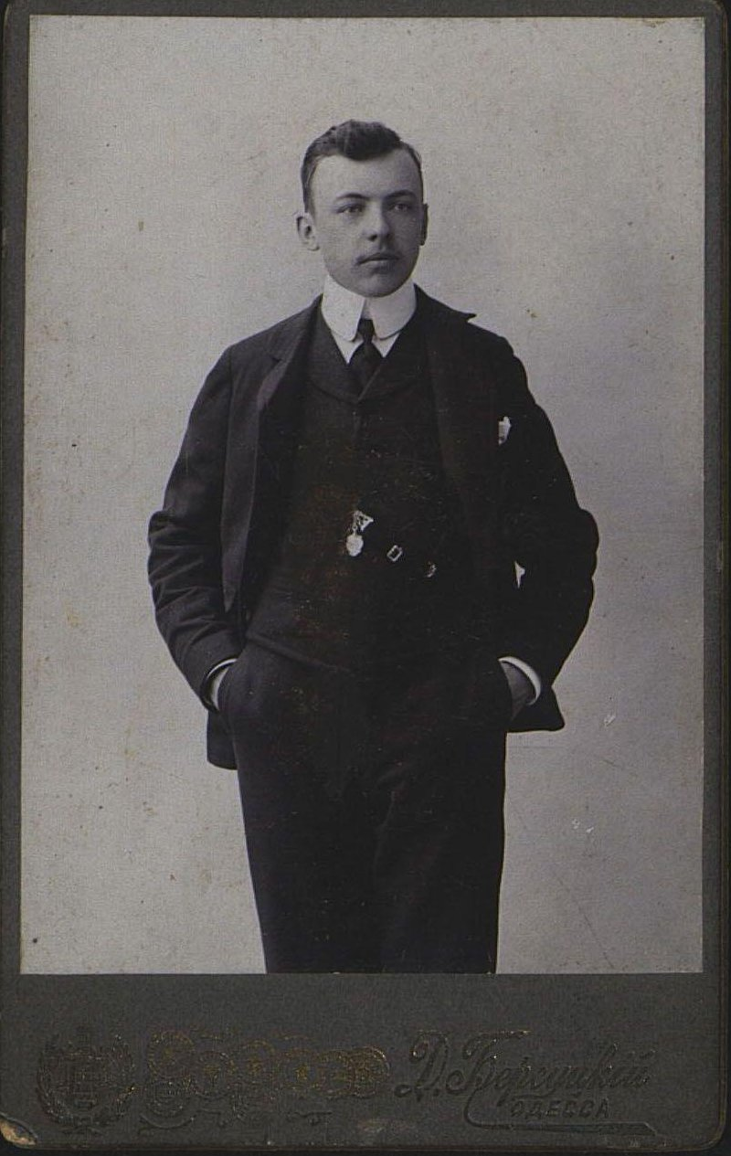Горин В.В., ученик-чертёжник на заводе Беллино-Фендериха. Неизвестный фотограф. Фотография Д. Берсуцкого. 2 апреля 1907