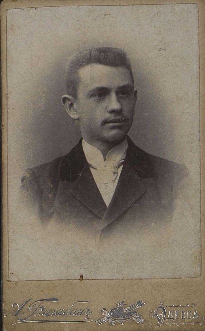 Гербургер Григорий Б., слесарь завода Гена. Фотография А. Балабана. Не позднее 23 января 1900 г.
