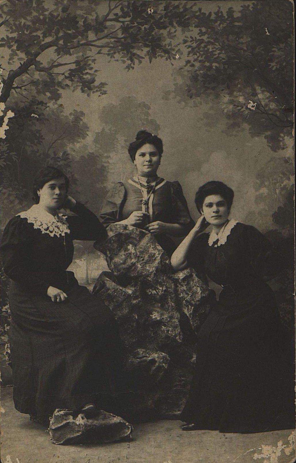 Стасовы Прасковья и Мария Даниловны и Игнатушкина Анна Григорьевна, работницы ведерного цеха завода по обработке белой жести инженера Левина. 1907