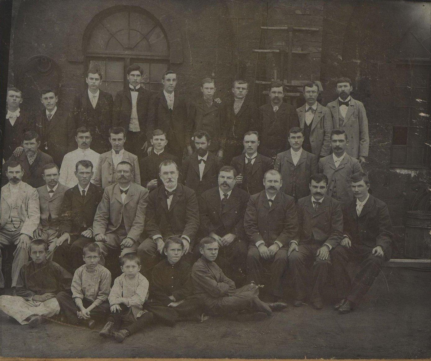 Рабочие токарного цеха Завода Беллино-Фендериха. 1903