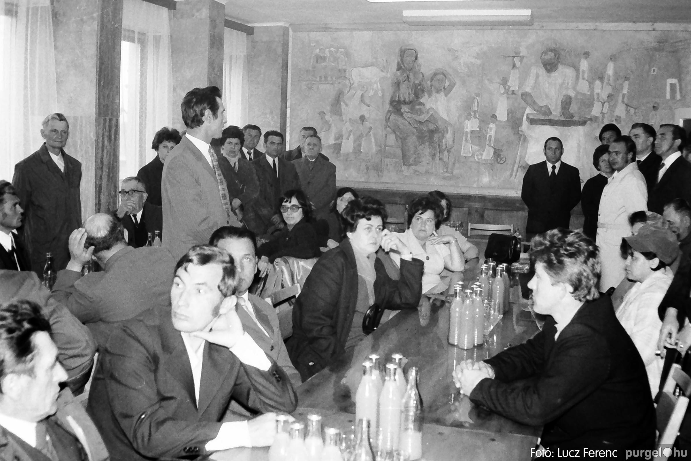 008 1975.04. Falfestmény átadása a pártházban 004 - Fotó: Lucz Ferenc IMG00122q.jpg