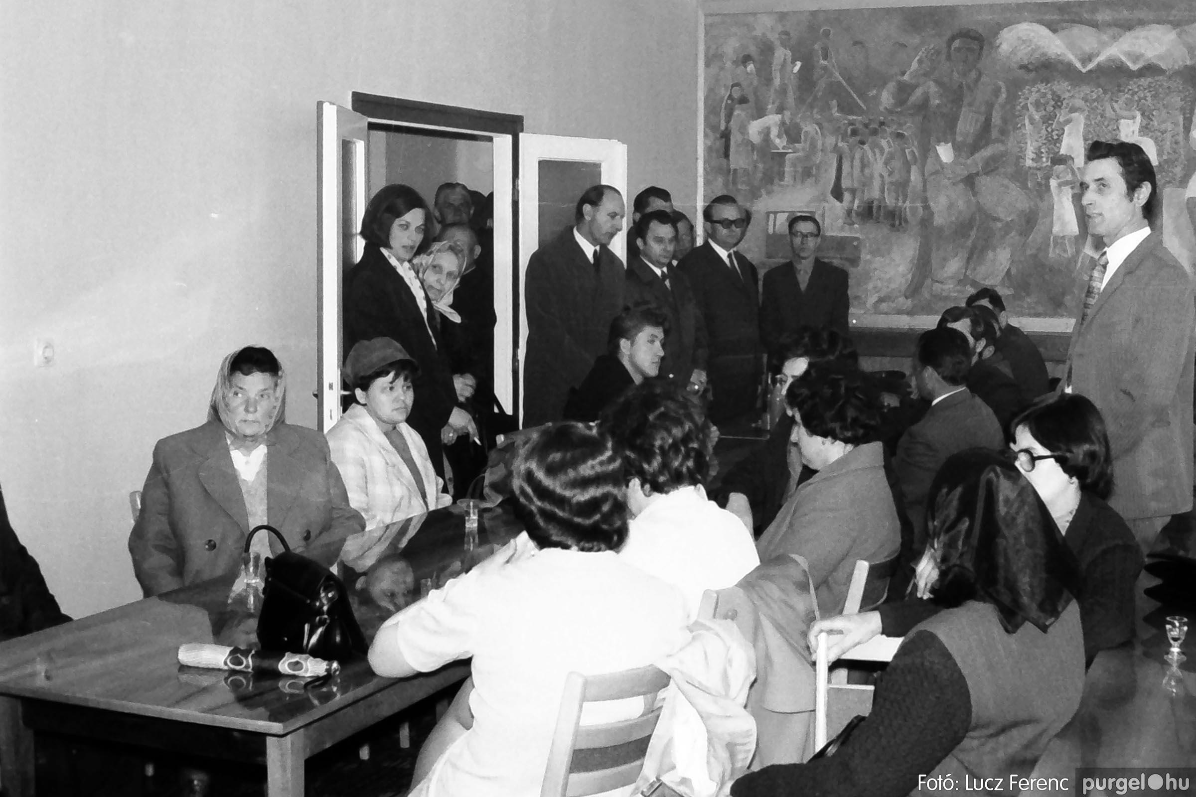 008 1975.04. Falfestmény átadása a pártházban 002 - Fotó: Lucz Ferenc IMG00120q.jpg