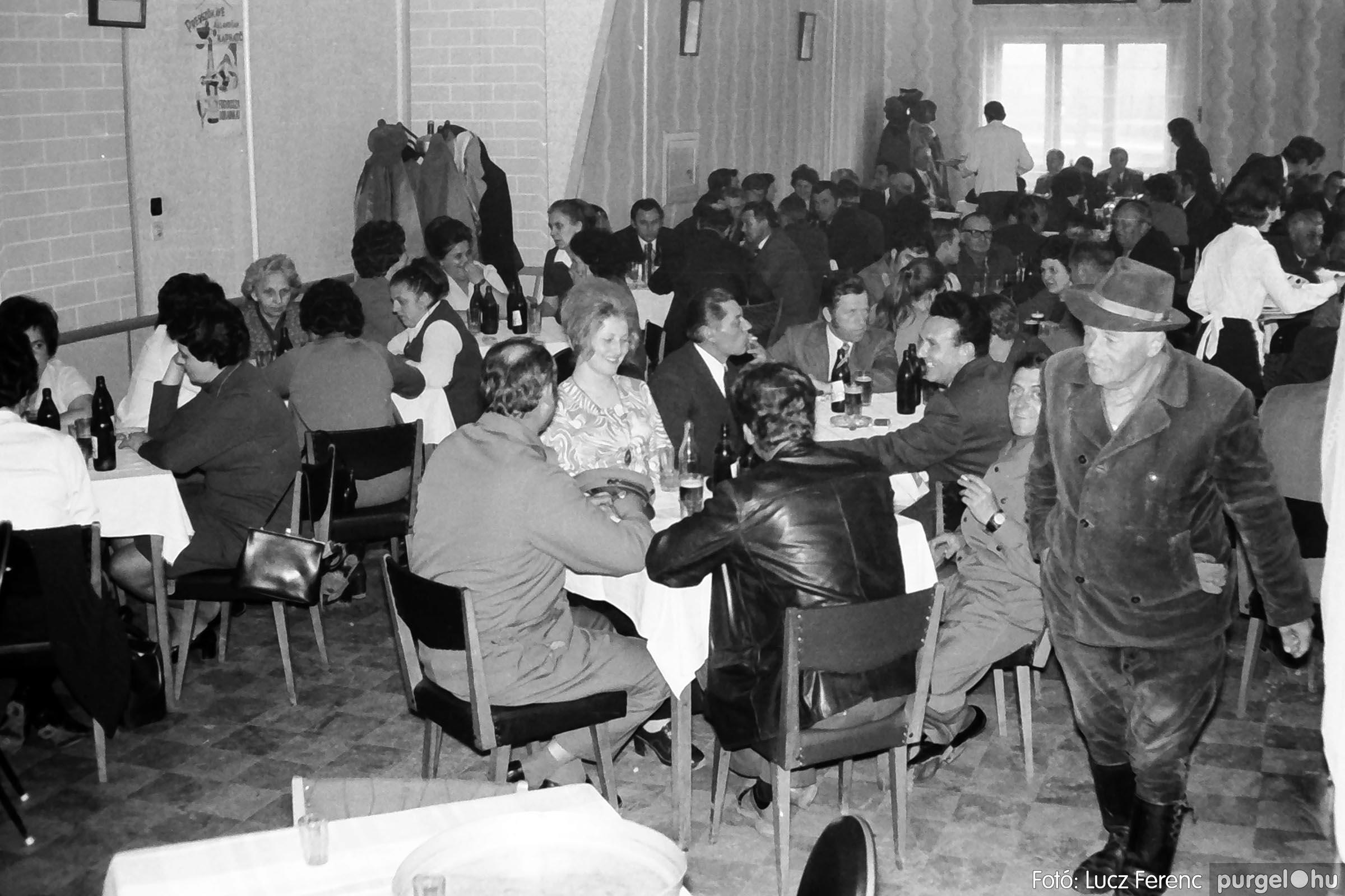 009 1975.04.04. Április 4-i ünnepség utáni fogadás a vendéglőben 003 - Fotó: Lucz Ferenc IMG00174q.jpg