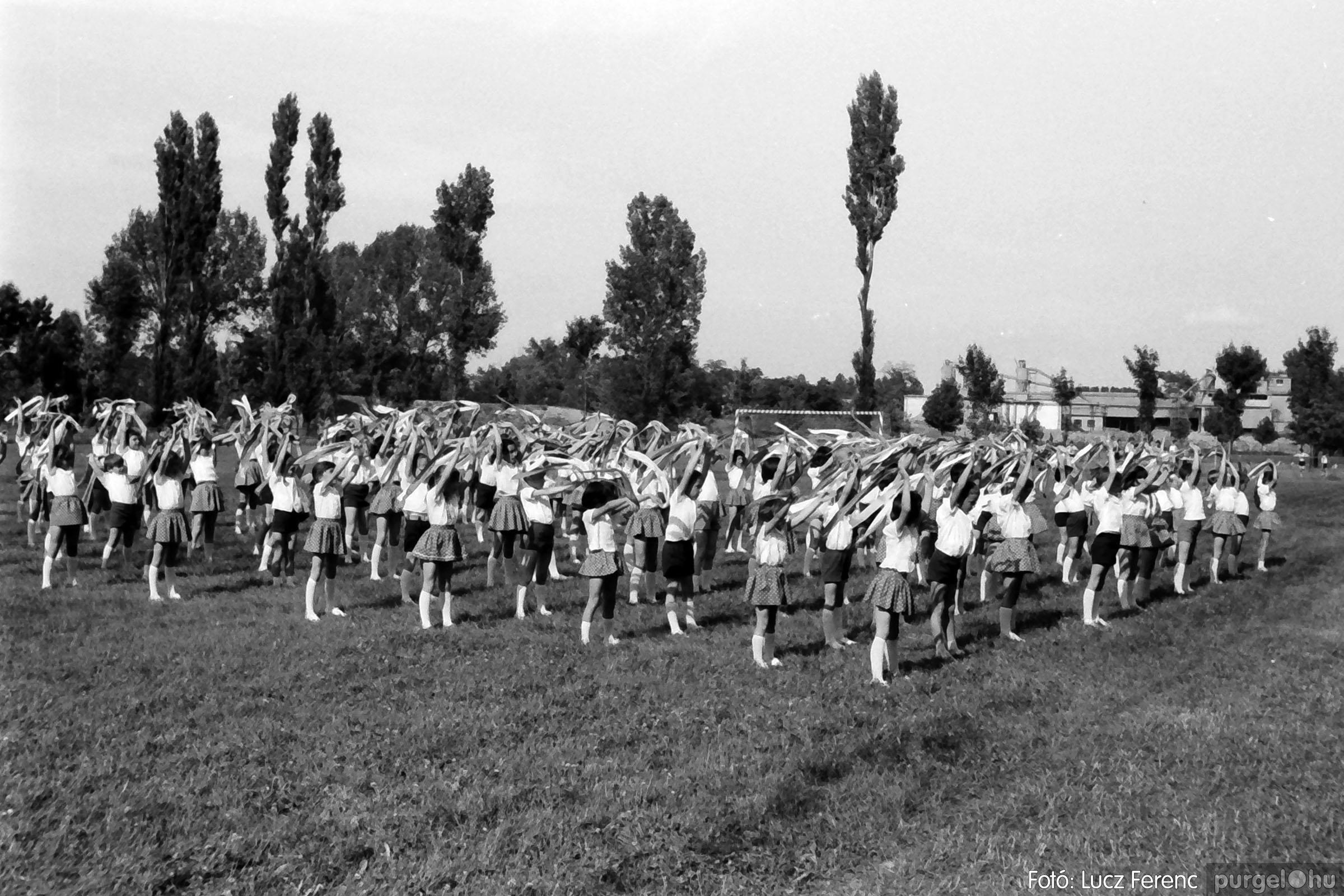 017 1975.04. Május elsejei tornabemutató főpróbája a sportpályán 024 - Fotó: Lucz Ferenc IMG00025q.jpg