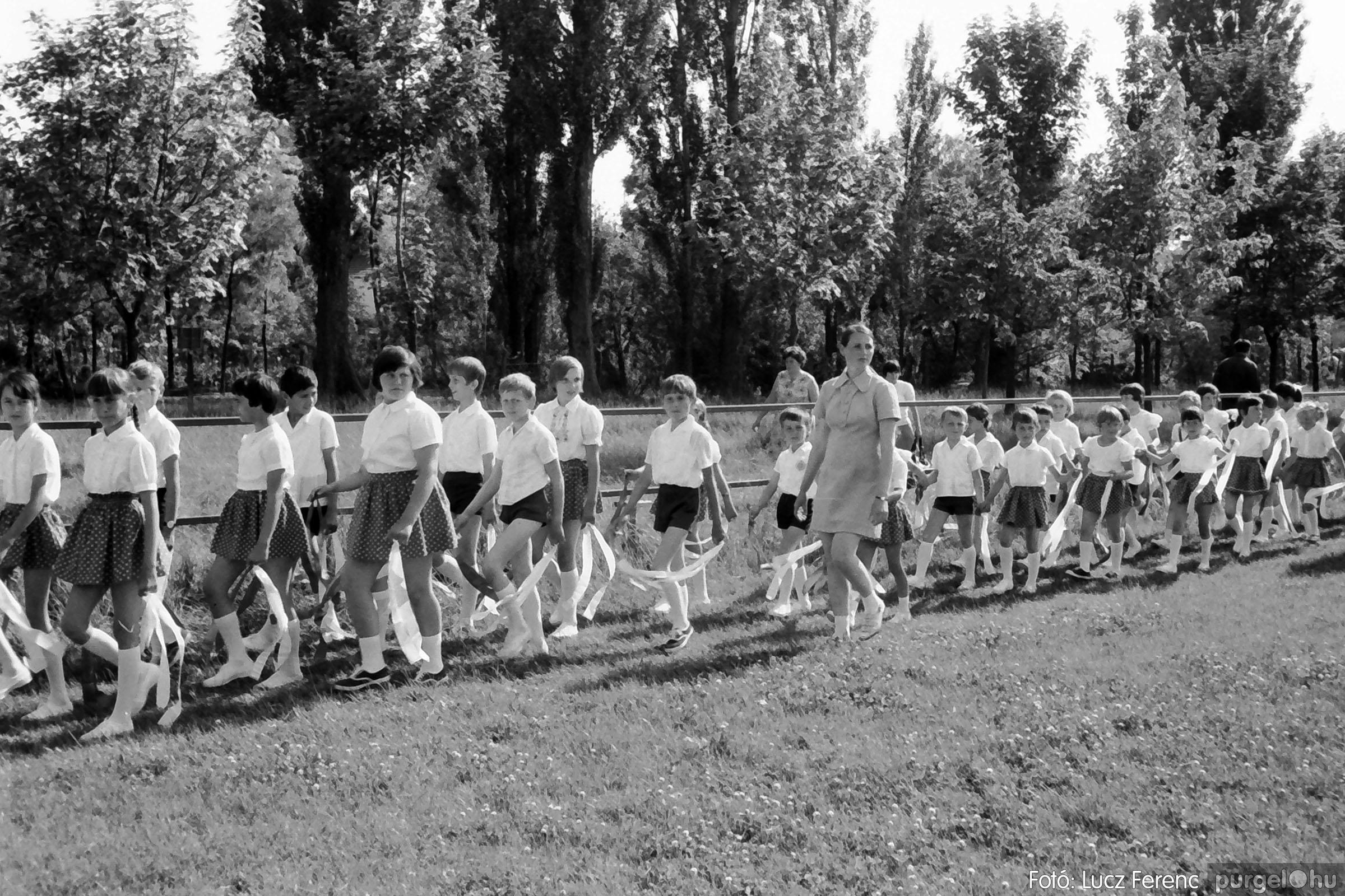 017 1975.04. Május elsejei tornabemutató főpróbája a sportpályán 021 - Fotó: Lucz Ferenc IMG00022q.jpg