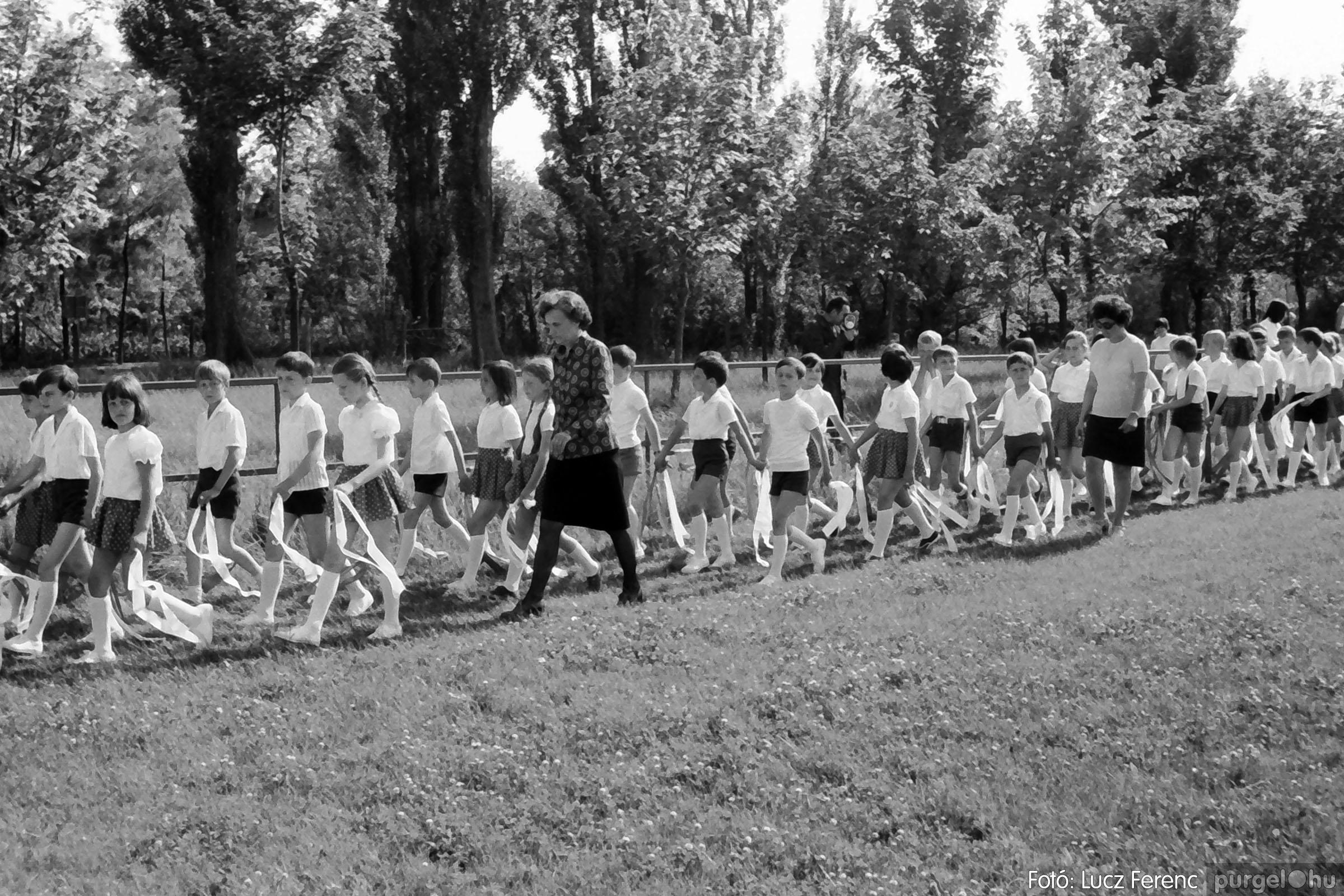 017 1975.04. Május elsejei tornabemutató főpróbája a sportpályán 020 - Fotó: Lucz Ferenc IMG00021q.jpg