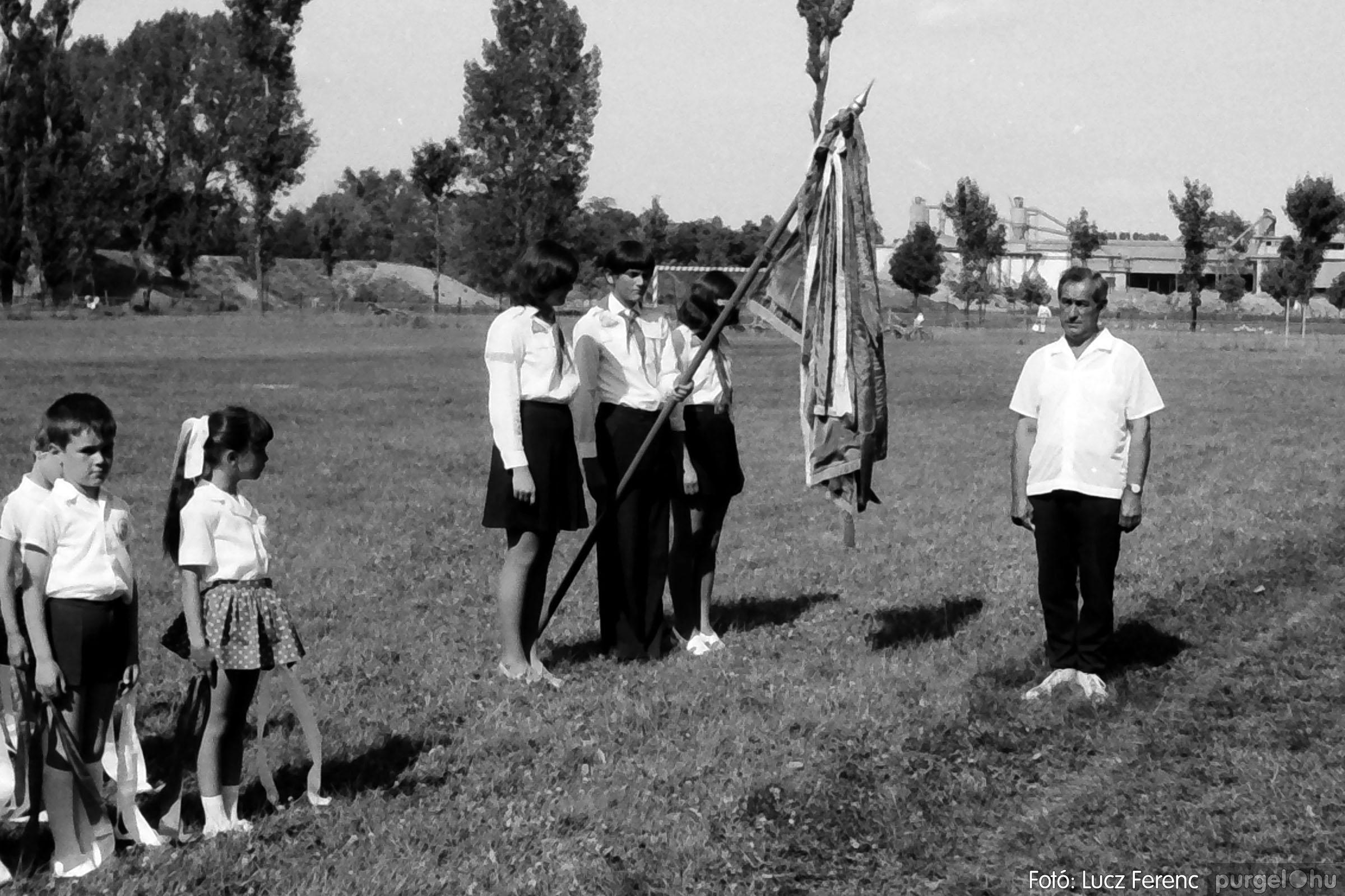 017 1975.04. Május elsejei tornabemutató főpróbája a sportpályán 008 - Fotó: Lucz Ferenc IMG00009q.jpg