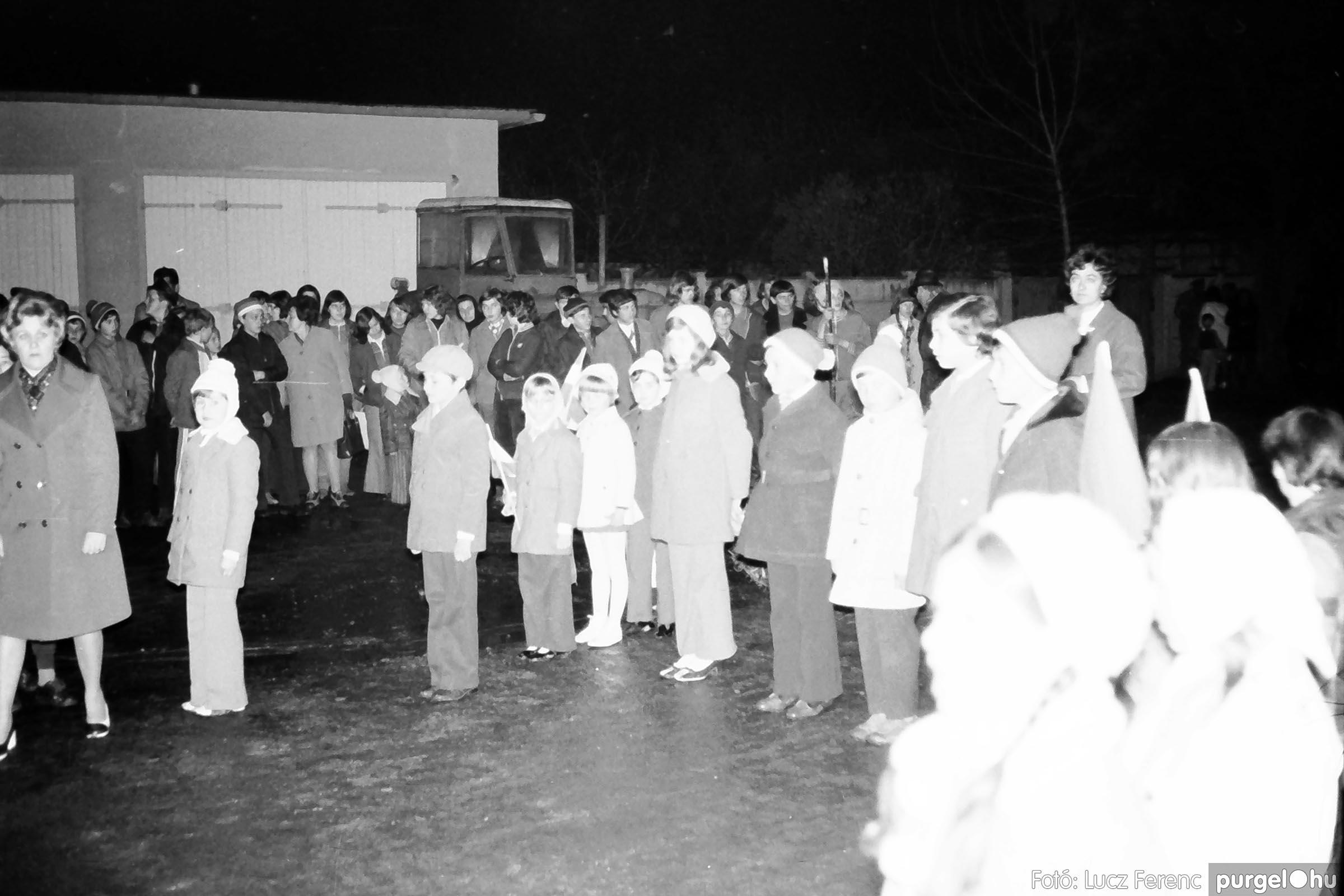 009 1975.04. Tűzgyújtás a kultúrház előtt 002 - Fotó: Lucz Ferenc IMG00184q.jpg