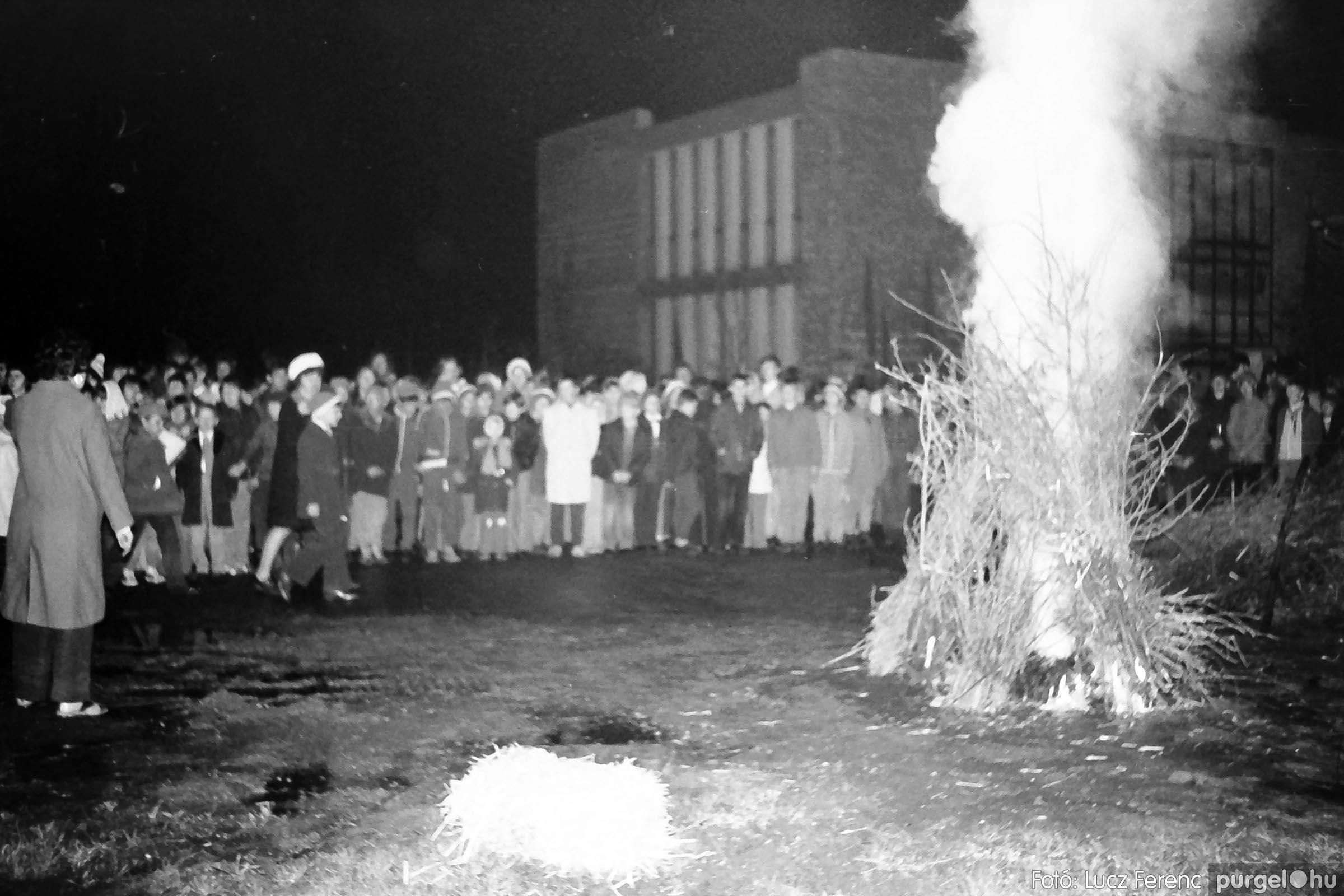 009 1975.04. Tűzgyújtás a kultúrház előtt 001 - Fotó: Lucz Ferenc IMG00183q.jpg