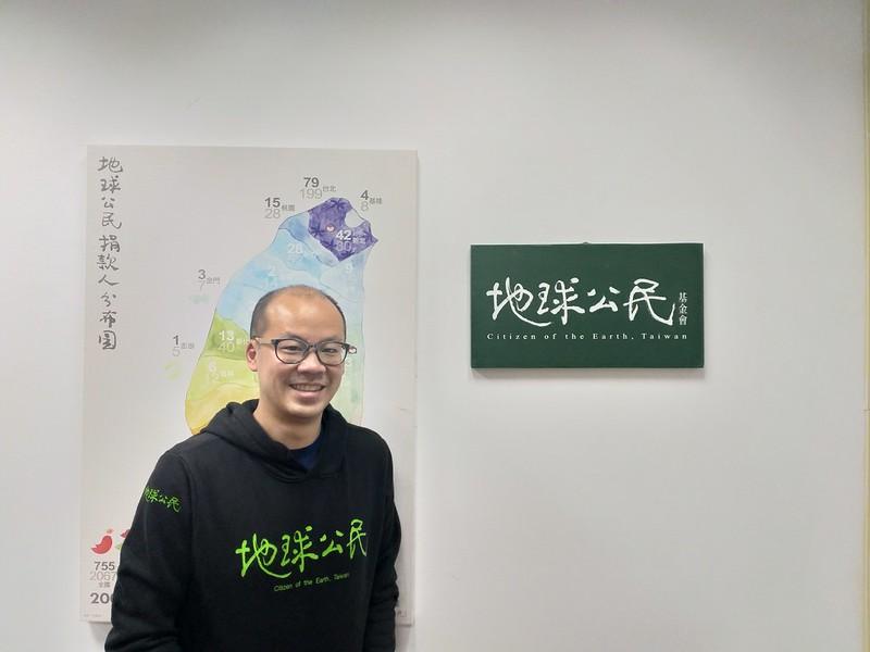 蔡中岳與地球公民基金會標誌的合照。圖/池采葳拍攝