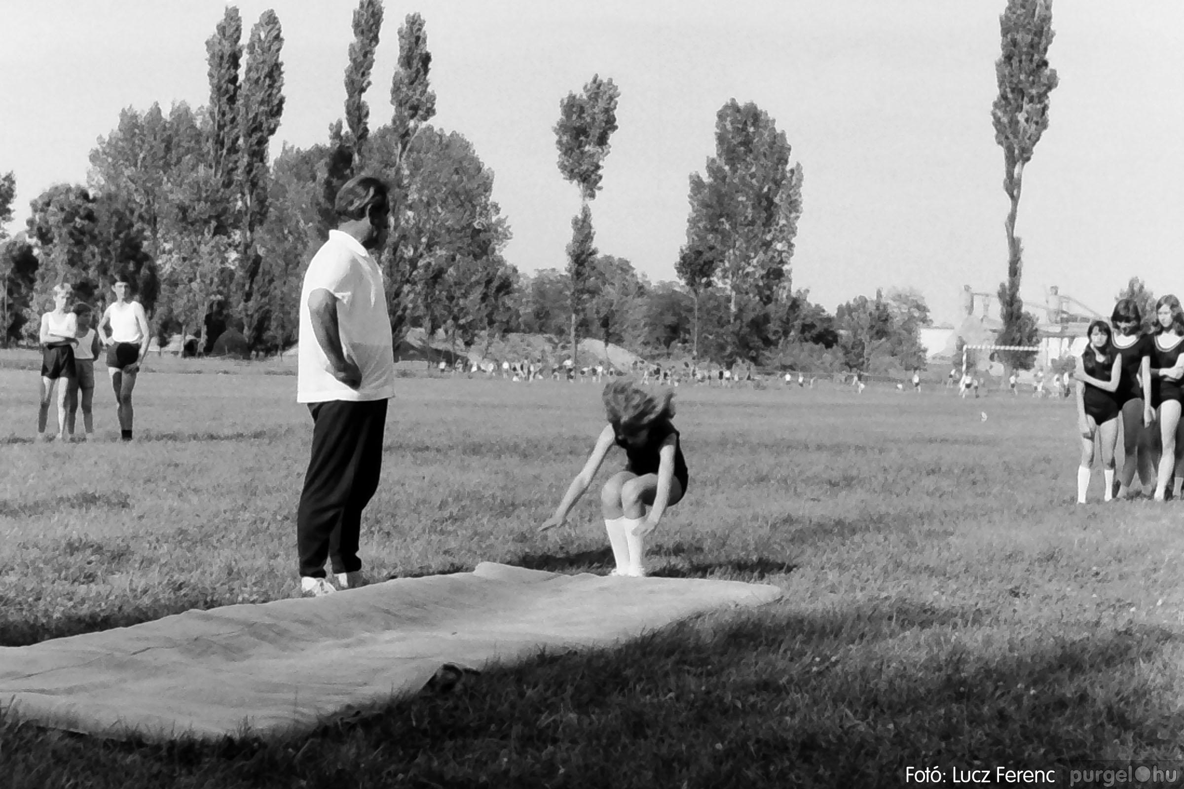 017 1975.04. Május elsejei tornabemutató főpróbája a sportpályán 034 - Fotó: Lucz Ferenc IMG00035q.jpg